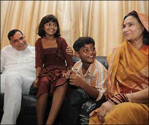 Slumdog kids meet Cong chief, ask for houses in Bandra ...