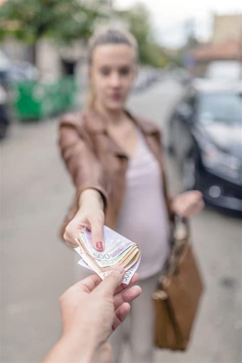 was frauen einem mann erwarten beziehungsweise korruptionskonzept mann der geld von der frau nimmt 427   korruptionskonzept mann der geld von der frau nimmt frau die einem mann geld gibt 1391 1737