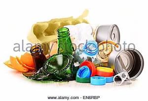 Papier Auf Glas Kleben : wiederverwertbaren m ll bestehend aus glas kunststoff metall und papier stockfoto bild ~ Watch28wear.com Haus und Dekorationen