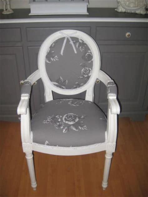 fauteuil medaillon avec accoudoirs refait en tissu gris fleurs blanches reves d autrefois