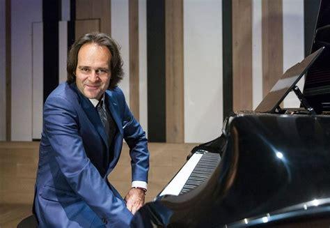 Húsz koncerten húsz műsorral lép fel Bogányi Gergely a ...