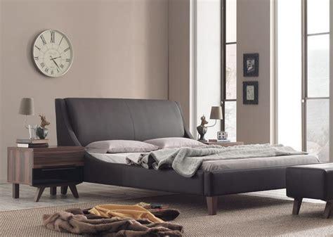 das lederbett als mittelpunkt im modernen schlafzimmer