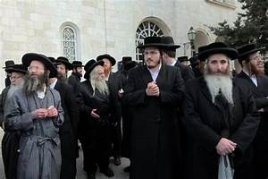 Hundreds of ultra-Orthodox Jews pray outside J'lem police ...