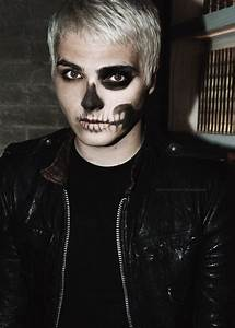 Gerard Way had some amazing face paint during The Black ...
