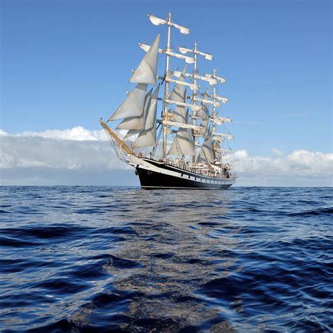 蓝天白云与海上航行的帆船高清图片_素材公社_tooopen.com
