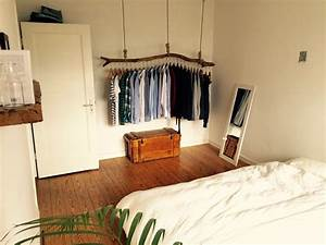 Wg Zimmer Einrichten : schlafzimmer mit origineller kleiderstange aus holz ~ Watch28wear.com Haus und Dekorationen