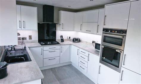 white gloss kitchen cabinets white gloss make kitchens 1313