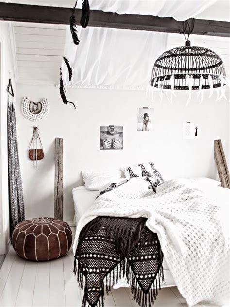 chambre en noir et blanc tapisserie rayee noir et blanc maison design bahbe com