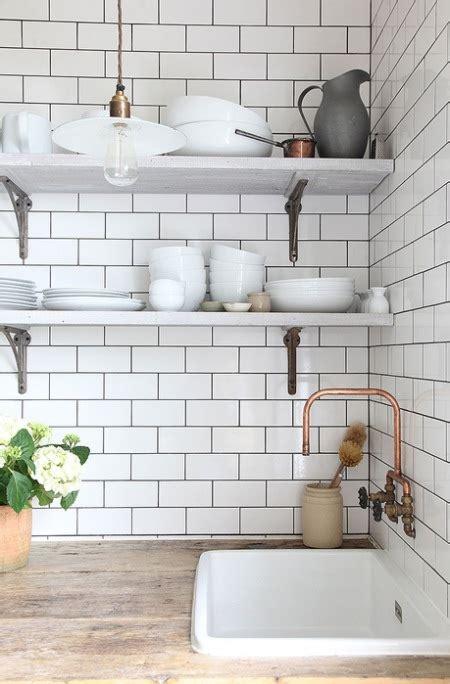white rectangular kitchen tiles złoty kran i białe dodatki w aranżacji kuchni zdjęcie w 1454
