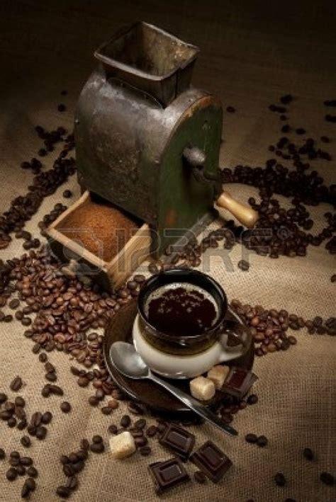 antiguo molino de cafe  una taza de cafe  chocolate