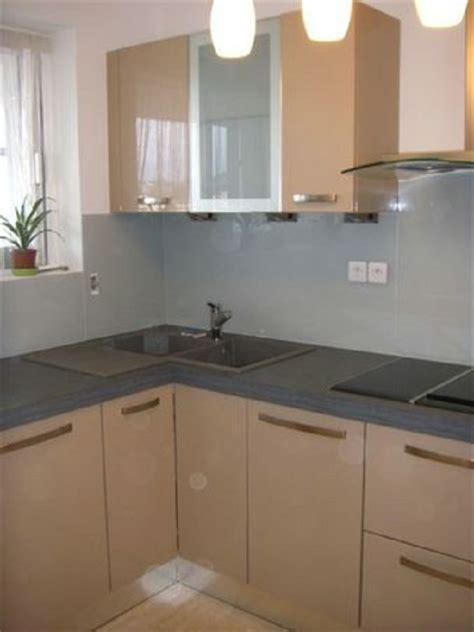 cuisine credence inox crédence de cuisine et plan de travail en verre laqué