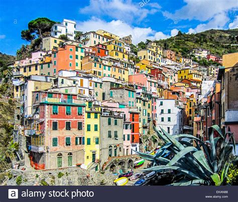 italy colorful houses colorful houses stacked on the cliffs in riomaggiore