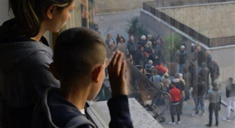 casa popolare roma roma casa popolare a famiglia rom scatena rivolta a casal