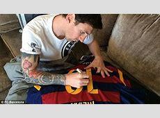 Lionel Messi hands Ronaldinho a signed Barcelona shirt
