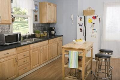 paint color to match light oak cabinets what is a green paint color for a kitchen with oak