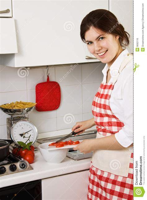 cuisine fillette fille dans la cuisine photo stock image du frais femelle