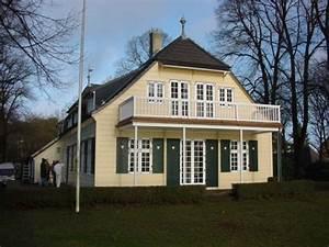 Haus Und Grund Hamburg : haus der arche hamburg mit gro em balkon heller holzfassade und gr nen fensterl den mit herz ~ Pilothousefishingboats.com Haus und Dekorationen