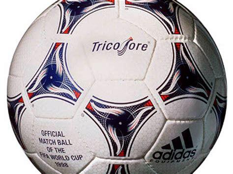Fußball ist eine ballsportart, bei der zwei mannschaften mit dem ziel gegeneinander antreten, mehr tore als der gegner zu erzielen und so das spiel zu gewinnen. Fotos: Die Bälle der Fußball-Weltmeisterschaften - Fussball - Fotogalerien - Badische Zeitung