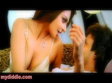 Oops Bollywood Neeru Bajwas Hot Cleavage Exposure