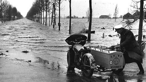 jaar geleden wegenwacht  actie bij watersnoodramp  anwb