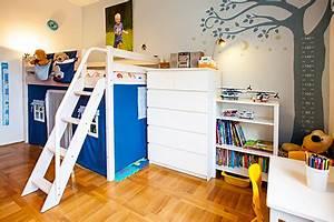 Ordnung Im Kinderzimmer : ordnung im kinderzimmer mit truhen und etagenbetten ~ Lizthompson.info Haus und Dekorationen