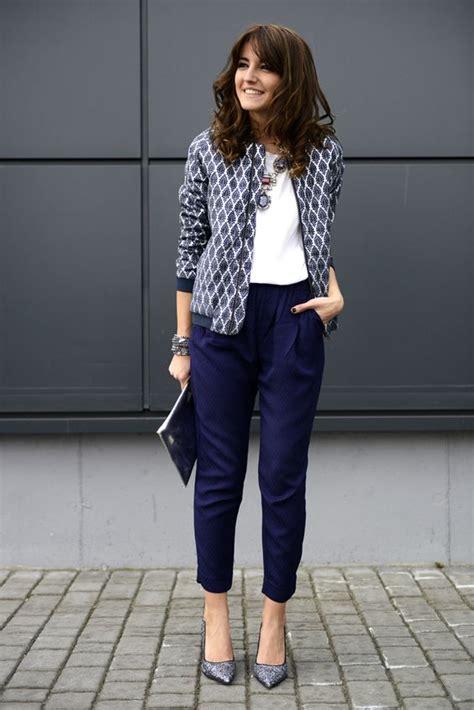5 maneras de reinventar tus pantalones azul marino de la oficina - Mujer de 10