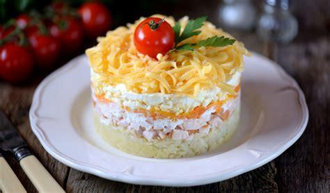 Receptes.lv - Kārtainie vistas salāti