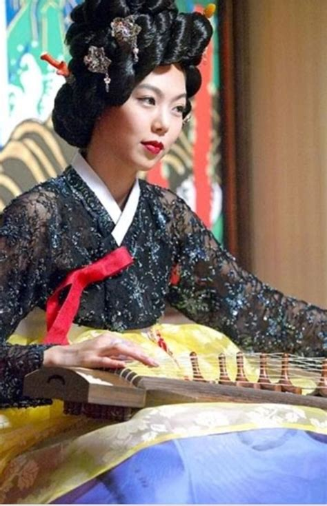 What are some differences between the Korean 'Gisaeng' and ...
