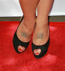 Kelly Osbourne Skull Tattoo Lookbook - StyleBistro