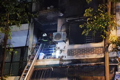 Hàng xóm chạy đến nỗ lực dập lửa, cứu 8 khi đám cháy được dập tắt, trong căn nhà rộng hơn 125 m2 bị thiêu rụi hoàn toàn, cảnh sát phát hiện ba thi thể ở tầng trệt, ba nạn nhân nhà vệ sinh tầng 2. Hà Nội: Căn nhà bốc cháy dữ dội trong đêm, 4 người thoát ...