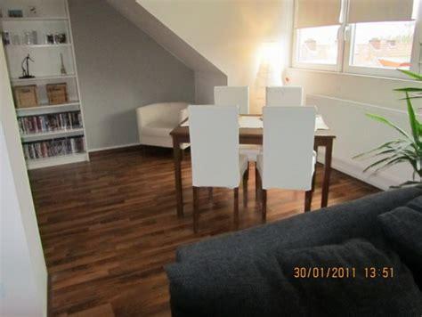 Wohnzimmer Mit Offener Küche Einrichten by Mansardenwohnung Einrichten