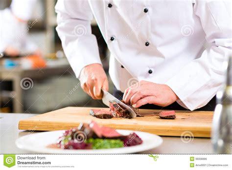 chef dans la cuisine de restaurant pr 233 parant la nourriture image libre de droits image 36008886
