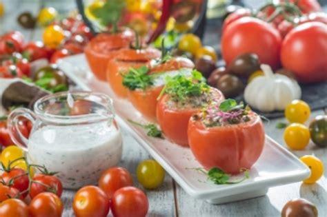 Pavisam savādāka maltīte - grilēti tomāti ar zaļumu mērci
