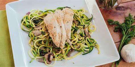 comment cuisiner les courgettes spaghettis spaghetti courgette au pesto et poulet supercardio