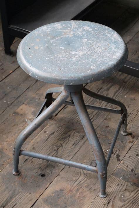 ancien tabouret d atelier industrielle nicolle metal dans sont jus