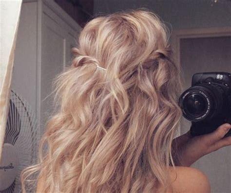 photo cheveux longs blonds  boucles coin beaute