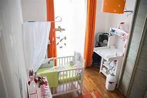 Une chambre de bebe blanche orange et verte du peps et for Chambre bebe vert et blanc