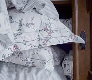 Ikea Blumen Bettwäsche : nahaufnahme von sten rt bettw sche set mit blumenmotiv und einer grau gestreiften r ckseite ~ Orissabook.com Haus und Dekorationen