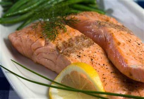 cuisiner filet de saumon filet de saumon grillé à l 39 ail et au romarin coup de pouce