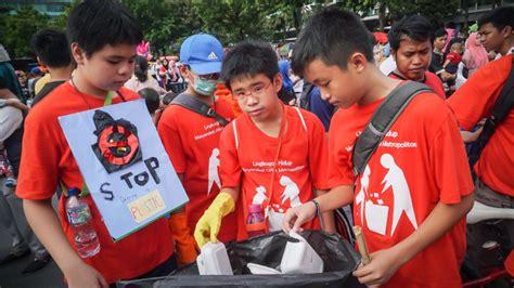 Kaos Memungut foto aksi pelajar ajak hentikan penggunaan plastik