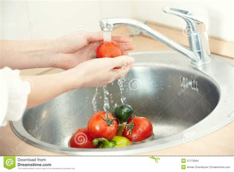 le si鑒e washing vegetables stock images image 27773964