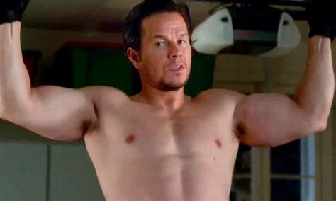 mark wahlberg sexy mark wahlberg shirtless and does pull ups in new trailer
