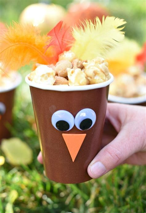 After making the chocolate pretzel scarecrows the other day, i happen to see some really cute black… Cute Turkey Treat Cups-Thanksgiving Favors - Fun-Squared