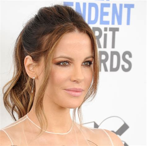 actress like kate beckinsale kate beckinsale looks like an elegant bird in this