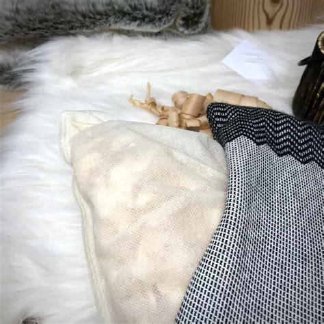 """Cuscino imbottito con cirmolo, sfoderabile, fantasia beige misura 30×25 cm. """"CORGN"""" cuscino con fiocchi di CIRMOLO, corna di cervo, stile tirolese montagna, Lana Merino e ..."""