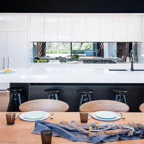 cuisine bois nature et d馗ouverte habillage bois et naturelle marié avec acier et verre