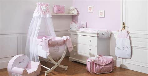 chambre fille princesse chambre de bébé fille blanc et pale broderie