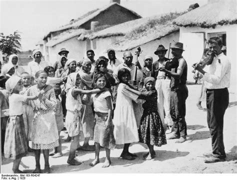 Stattdessen spricht man von sinti und roma. File:Bundesarchiv Bild 183-R04247, Ungarn, Sinti und Roma ...