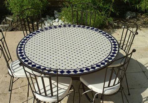 table jardin mosaique ronde 130cm c 233 ramique blanche et ses losanges en c 233 ramique bleue table
