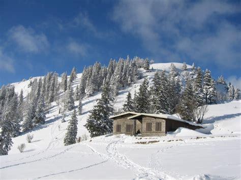 la d 244 le en raquettes 224 neige depuis la chenalette en dessus de st cergues dans le canton de vaud